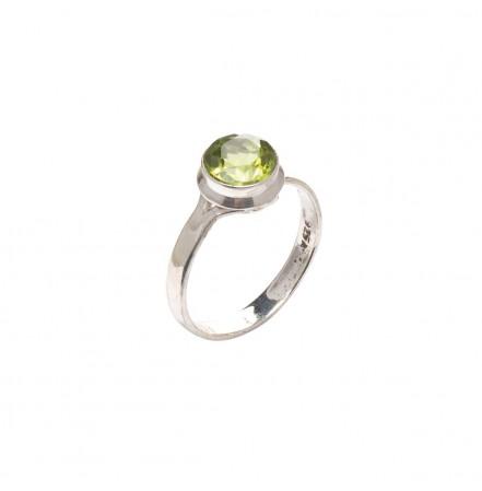 Кольцо с натуральным хризолитом из серебра