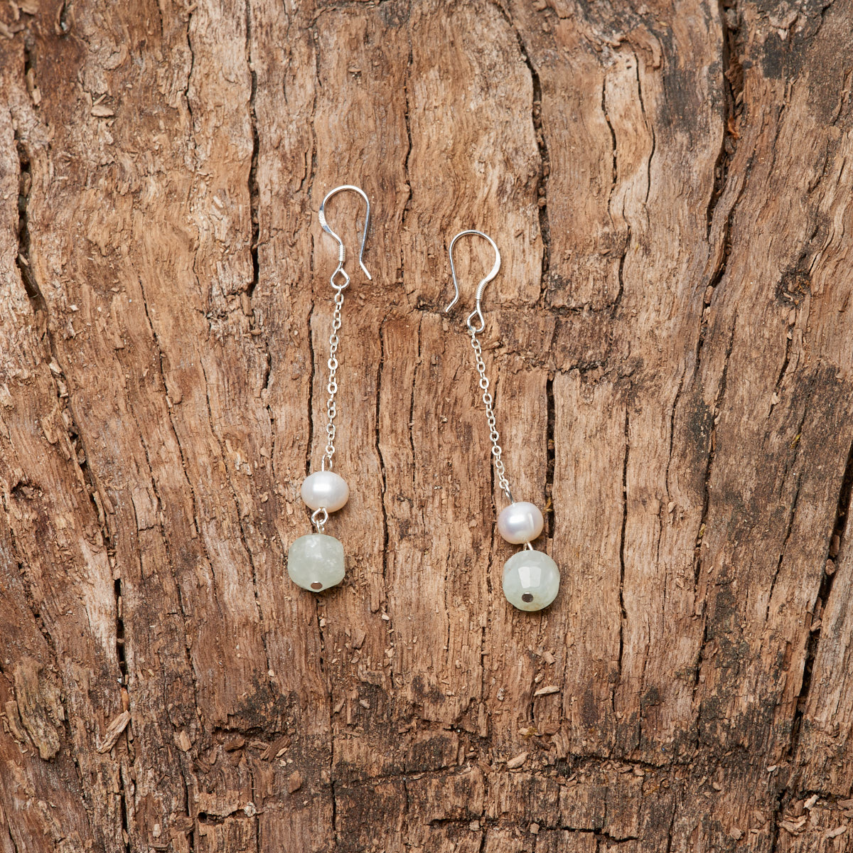Серьги с пренитом и жемчугом из серебра
