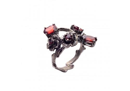 Кольцо с натуральным гранатом из серебра и черного родия